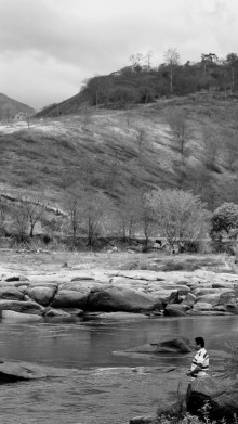 Rondon Krenak observa o sagrado Uatu, como os indígenas chamam o Rio Doce. Após o rompimento da barragem de Mariana, os índios não podem mais entrar no rio.